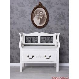 Bílá lavice ve stylu provence